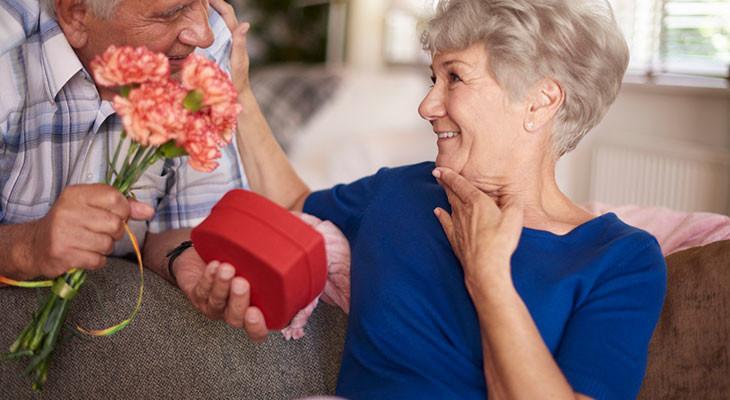 Подарок для женщины на 75-летний юбилей — 80 идей