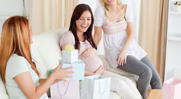 Подарок для беременной подруги — 55 идей