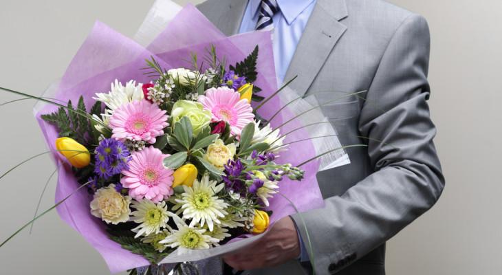 Какие цветы можно подарить мужчине на юбилей или праздник