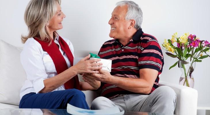 32 идеи подарка пожилой женщине на день рождения