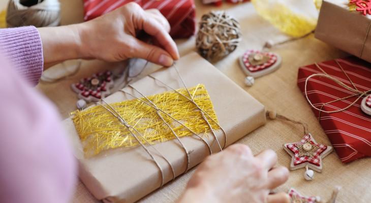 Как упаковать подарок мужчине: правила упаковки и идеи декора