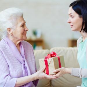 Какой подарок можно подарить маме на день рождения от дочери