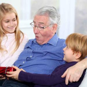 Что можно подарить дедушке на 85 лет: крутые и современные идеи
