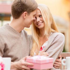 Идеи подарка девушке на год отношений