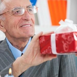Что можно подарить пожилому мужчине — 59 идей