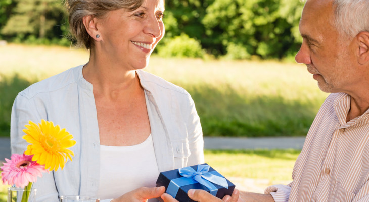 Подарок для женщины на 60-летний юбилей — 55 идей
