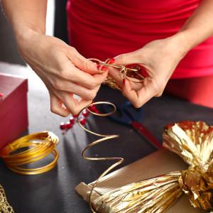 Как красиво упаковать подарок в бумагу: инструкция и идеи декора