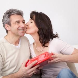 Как выбрать хороший подарок мужу на 50 лет?