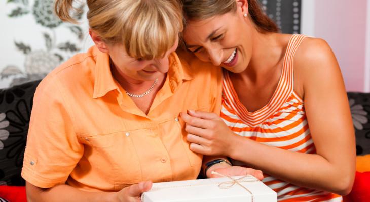 Подарок для мамы на 60 лет — 55 идей