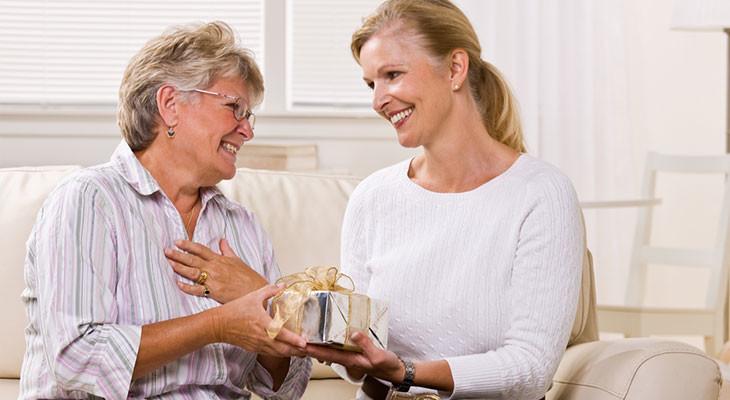 Подарок для женщины на 65-летие — 55 идей