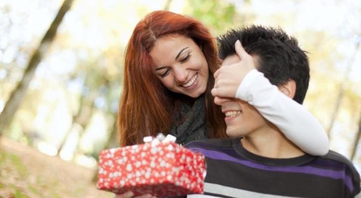Что подарить парню на вторую годовщину отношений?