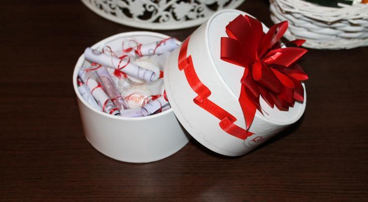 Деньги в коробке из-под конфет