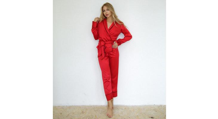 Алый атласный комплект с брюками и рубашкой