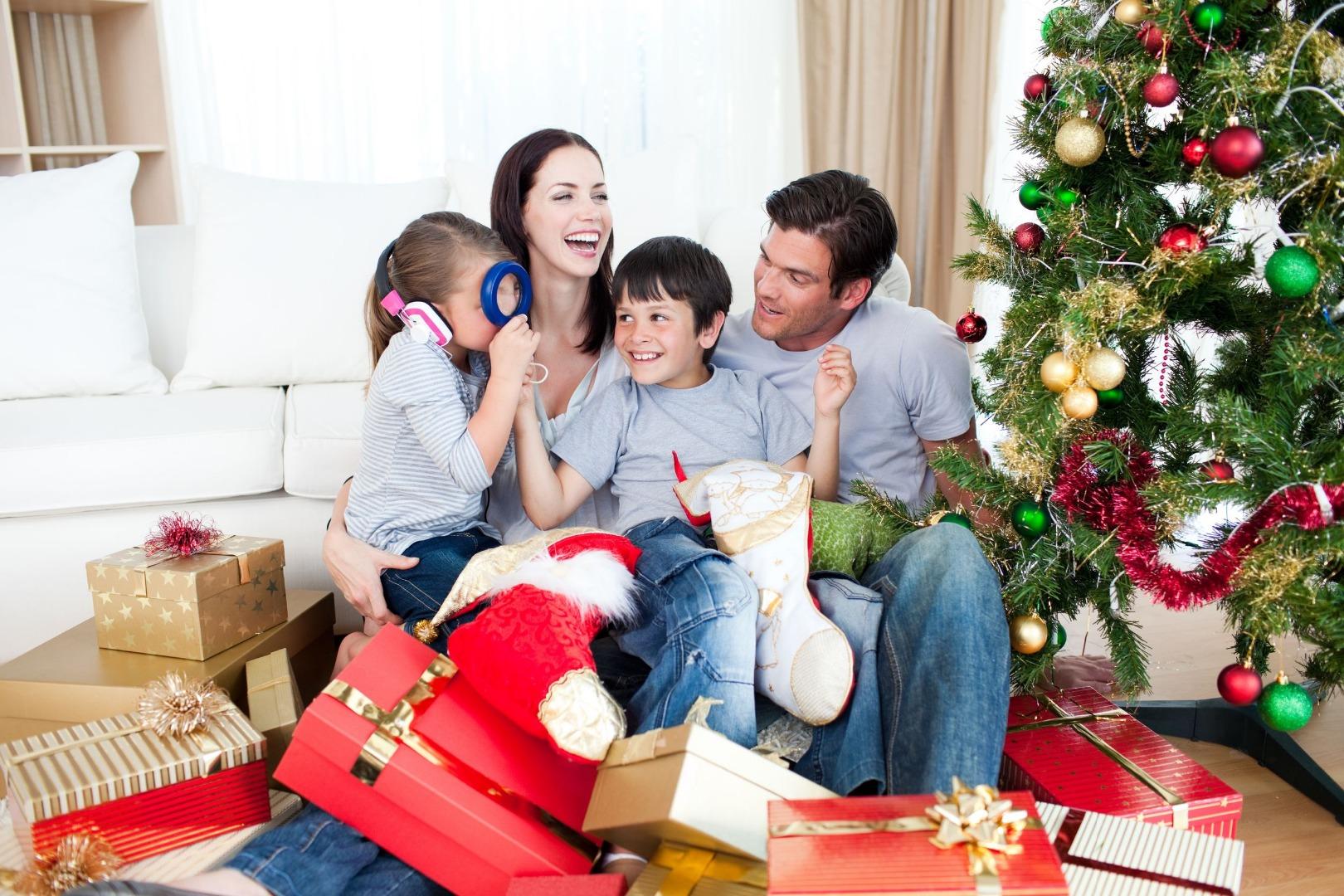 Картинка где вся семья готовится к новому году