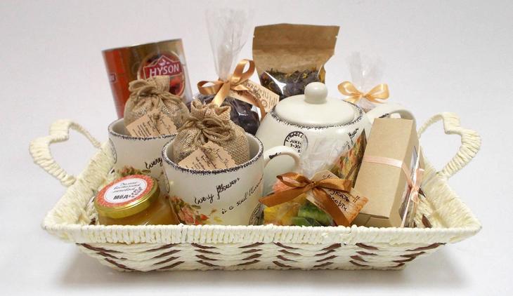 Чайный или кофейный набор в подарочной упаковке со сладостями