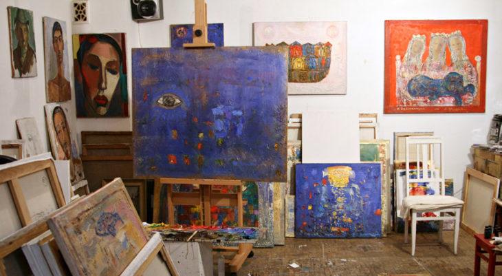 Рисование картины в мастерской